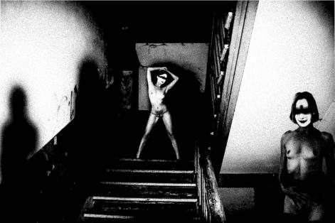 2 nackte ältere Damen in einem Haus.